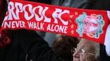 Liverpool-Fans mit You'll Never Walk Alone-Schals