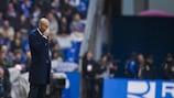 Zinédine Zidane observe la partie sur le banc du Real