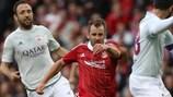 El norirlandés Niall McGinn, en una acción contra Fola Esch para el Aberdeen