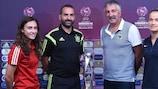 Spaniens Kapitänin Nahikari García mit Trainer Pedro López und Frankreichs Coach Gilles Eyquem mit seiner Spielführerin Thea Greboval