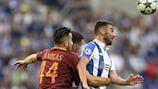 Romas Kostas Manolas im Zweikampf mit Portos Adrián López