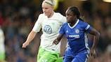 Nilla Fischer im Duell mit Eniola Aluko