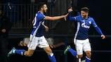 Júnior Caiçara festeja com Nabil Bentaleb a vitória e o apuramento do Schalke