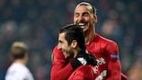 Henrikh Mkhitaryan es felicitado por Zlatan Ibrahimović tras su gol
