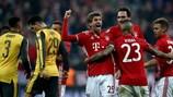 Thomas Müller felicitado pelos colegas após apontar o quinto do Bayern