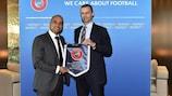 O Presidente da UEFA, Aleksander Čeferin, e o homólogo da FIFPro Europe, Bobby Barnes (à esquerda)