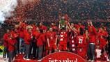 O Liverpool recebe o troféu depois do triunfo na final da UEFA Champions League em 2005
