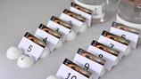 Die Bälle liegen für die Auslosung der Qualifikation für die UEFA Europa League 2017/18 bereit