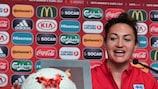 """Jodie Taylor com a bola do jogo contra a Escócia, no qual assinou um """"hat-trick"""""""