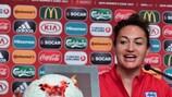 Jodie Taylor, con el balón tras el 'hat-trick' ante Escocia