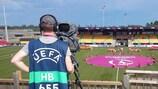 Um operador de câmara no EURO feminino Sub-19