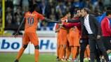 Emmanuel Adebayor felicita o treinador do İstanbul Başakşehir, Abdullah Avcı