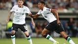 Trent Alexander-Arnold comemora depois de marcar na sua estreia europeia ao serviço do Liverpool