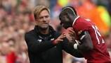 Jürgen Klopp felicita Sadio Mané pelo golo da vitória do Liverpool frente ao Crystal Palace
