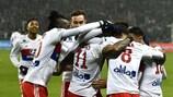 Les joueurs de Lyon félicitent Memphis Depay après son ouverture du score contre Saint-Étienne