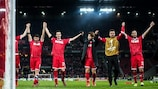 Kölns Spieler feiern nach dem Sieg über Arsenal