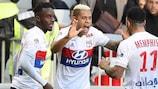 Mariano Díaz celebra un gol con Depay en la goleada del Lyon