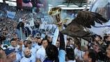 A Lazio e a sua mascote, uma águia, após conquistar a Taça de Itália em 2013