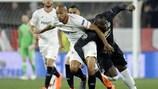 Steven N'Zonzi, do Sevilha (à esquerda) num duelo com Romelu Lukaku, avançado do Manchester United, na primeira mão