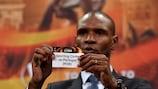 Eric Abidal mostra o papel com o nome do Sporting no sorteio dos oitavos-de-final da UEFA Europa League