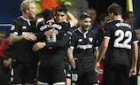 Виссам Бен-Йеддер принимает поздравления после гола в Манчестере