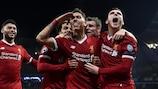 Roberto Firmino festeja um golo do Liverpool nos quartos-de-final