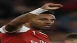 Pierre-Emerick Aubameyang bisou pelo Arsenal no terreno do Vorskla Poltava