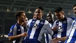 Éder Militão (segundo à esquerda) ajudou o Porto a bater o Schalke e a confirmar o primeiro lugar no Grupo D