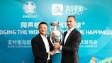 Aleksander Čeferin (à droite) et Jack Ma, le président exécutif d'Alibaba Group, soulèvent ensemble le trophée du Championnat d'Europe.