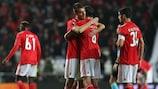 Ferro (esquerda) e Rúben Dias festejam o apuramento do Benfica para os oitavos-de-final