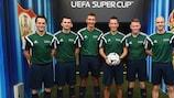 A equipa de arbitragem liderada por Mark Clattenburg (terceiro à direita)