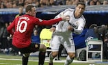 Wayne Rooney, do Manchester United (à esquerda), tenta travar Cristiano Ronaldo, do Real Madrid, no embate entre as duas equipas na UEFA Champions League 2012/13