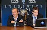 Le Président de l'UEFA Michel Platini (avec Josh Hershman) répond aux questions Facebook