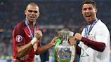 Pepe e Cristiano Ronaldo con il trofeo