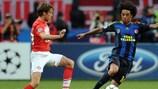 Dmitri Kombarov (FC Spartak Moskva) pugna con Cristian (Fenerbahçe SK) por un balón dividido