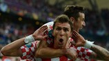 Mario Mandžukić fête son but face à l'Italie en compagnie du capitaine croate Darijo Srna
