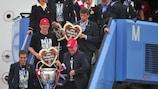 Philipp Lahm und Jupp Heynckes bei der Ankunft in München mit dem Pokal