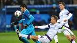 El capitán del Austria de Viena Manuel Ortlechner lucha por un balón con el jugador del Zenit Hulk.