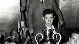 O guarda-redes Juanito Alonso transporta o troféu depois de o Real Madrid chegar a casa com o título europeu de clubes pela terceira vez