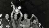 O capitão do Manchester United, Bobby Robson, ergue o troféu depois da vitória por 4-1 sobre o Benfica na final jogada em Wembley