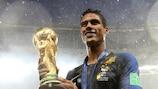 Raphaël Varane celebra com o título de campeão do mundo