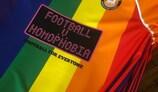Le maillot du Conwy Borough FC en soutien du projet Football v Homophobia (Football contre l'homophobie)