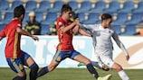 Amine Gouiri setzt sich gegen Spaniens Víctor Chust durch und schießt sein achtes Tor bei dieser Endrunde