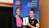 Caroline Thom (UEFA) consegna il premio alla vincitrice Katja Friedl
