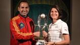 Pedro López et Monica Di Fonzo avec le trophée de l'EURO féminin M17 qu'ils se disputeront samedi