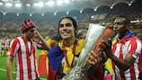 Falcao feiert mit dem Pokal in Bukarest