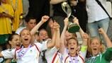 A capitã da Alemanha, Johanna Elsig, ergue o troféu nos Sub-17