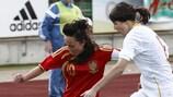Laura Deneve, de Bélgica, y Amanda Sampedro, España, compiten por un balón