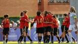 Die spanischen Spielerinnen feiern nach dem Schlusspfiff die erfolgreiche Titelverteidigung