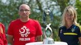 Polens Trainer Zbigniew Witkowski und seine schwedische Kollegin Yvonne Ekroth mit dem U17-Pokal